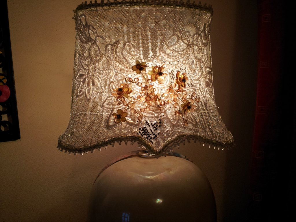 Paralume con decorazioni in pizzo macrame' e perline  fatto a mano