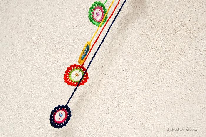 Giostrina bimbi per culla passeggino o  ovetto  ad uncinetto - fiori e farfalle in colori vivaci