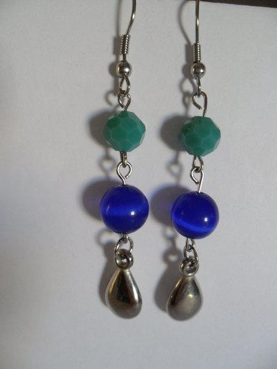Orecchini a pendoli con perle occhi di gatto azzurri e mezzi cristalli verdi