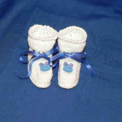 Scarpette bianche neonato con coniglietti blu