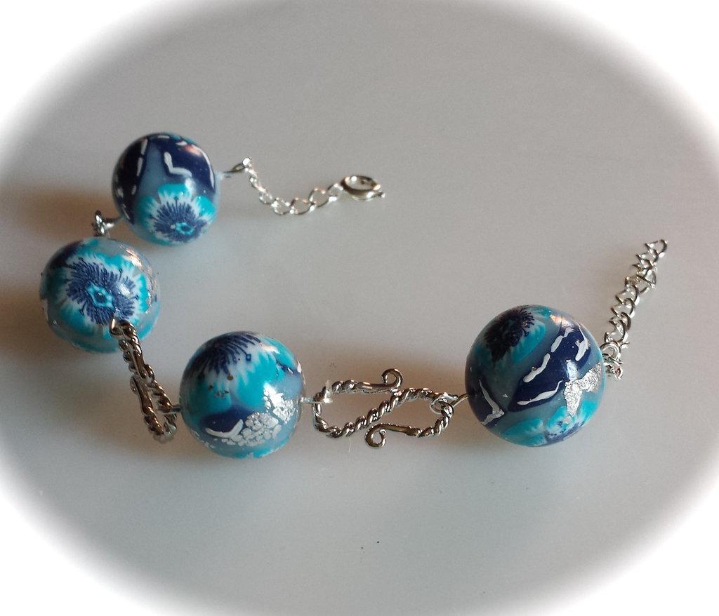 """Bracciale con perle azzurre in fimo e elementi a """"s"""""""
