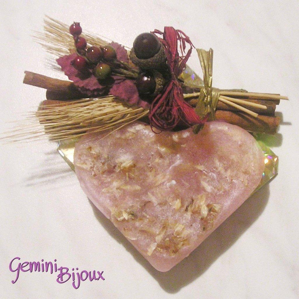 Candela cuore rosa con cannella e spighe di grano