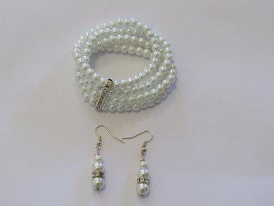bracciale elastico di perle bianche coordinato con orecchini
