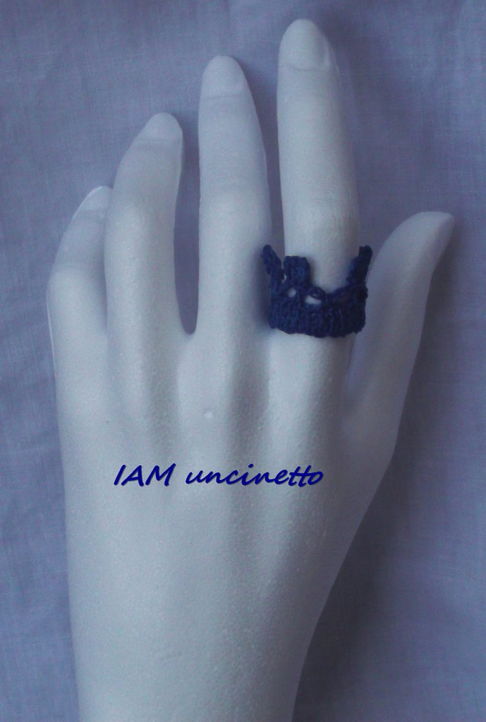 Anello corona in cotone blu lavorato all'uncinetto