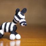 Zebra bianca e nera realizzata all'uncinetto con la tecnica amigurumi