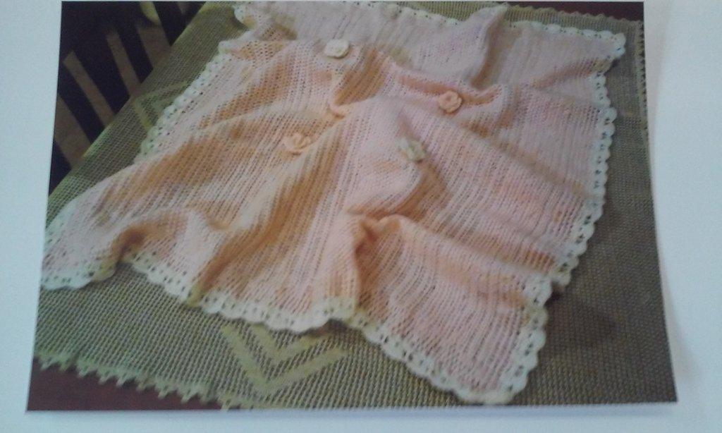 Copertina di lana lavorata a ferri e rifinita a uncinetto