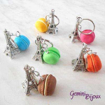 Portachiavi con ciondolo Tour Eiffel e mini pasticcino macarons in fimo