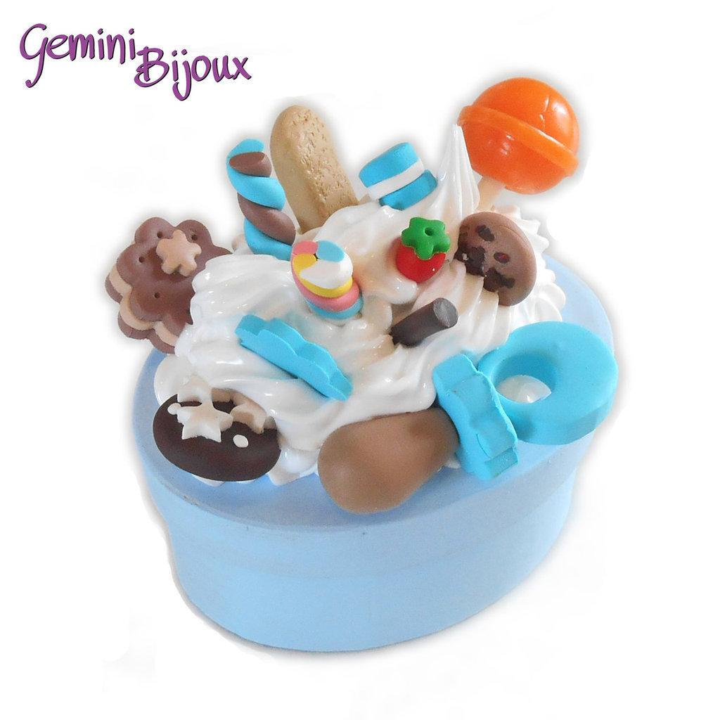 Bomboniera battesimo o comunione, scatolina per bimbo/ragazzo decorata fimo e silicone dolcetti, fatto a mano