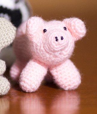 Maialino rosa realizzato all'uncinetto con la tecnica amigurumi