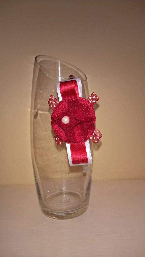 Cerchietto per capelli bianco e rosso decorato con fiore di feltro, nastri e strass.