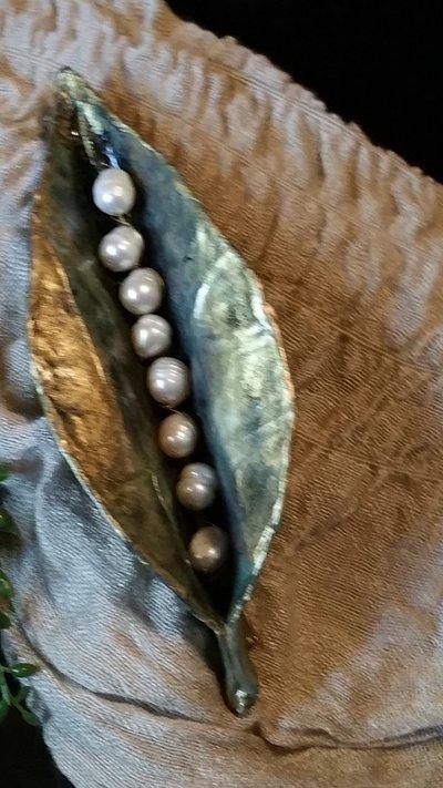 SPILLA FOGLIA in cartapesta, perle di fiume e ottone fatta a mano ...  su MissHobby