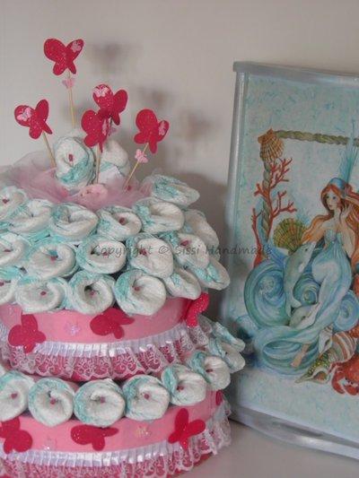 Torta pannolini bambina con calle, farfalle e oggetti utili per il neonato