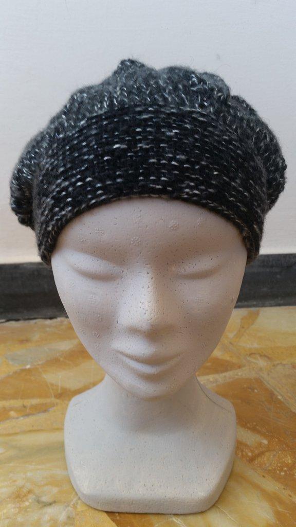 berretto nero con filo argentato