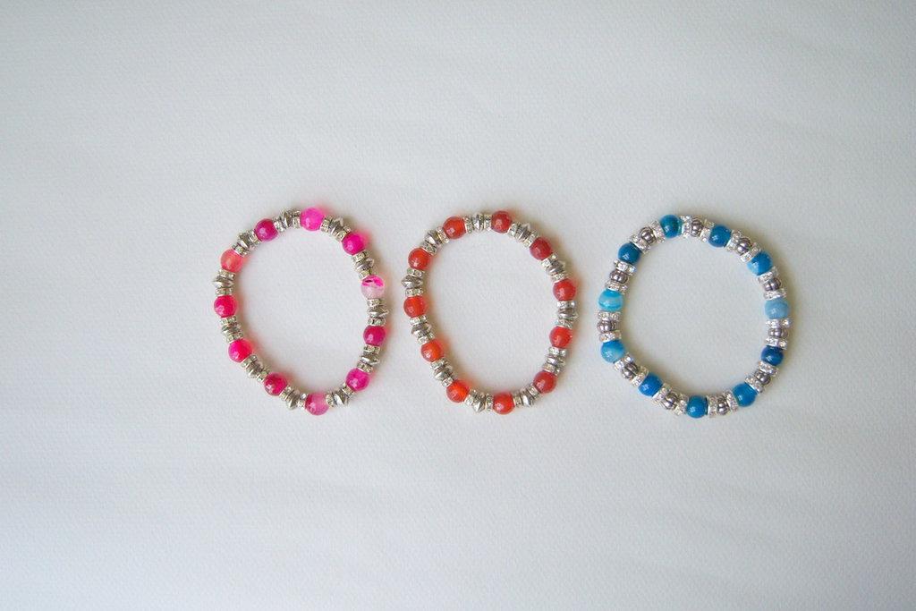 Bracciale elastico con materiali in agata fucsia, agata blu e corniola, nichel-free