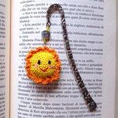 Segnalibro a gancio con sole kawaii felice amigurumi, fatto a mano all'uncinetto