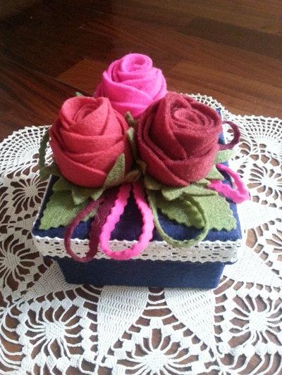 scatola di cartone rivestita e decorata con tre rose di feltro