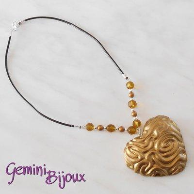 Collana con maxi ciondolo cuore in fimo oro, cuoio e perle