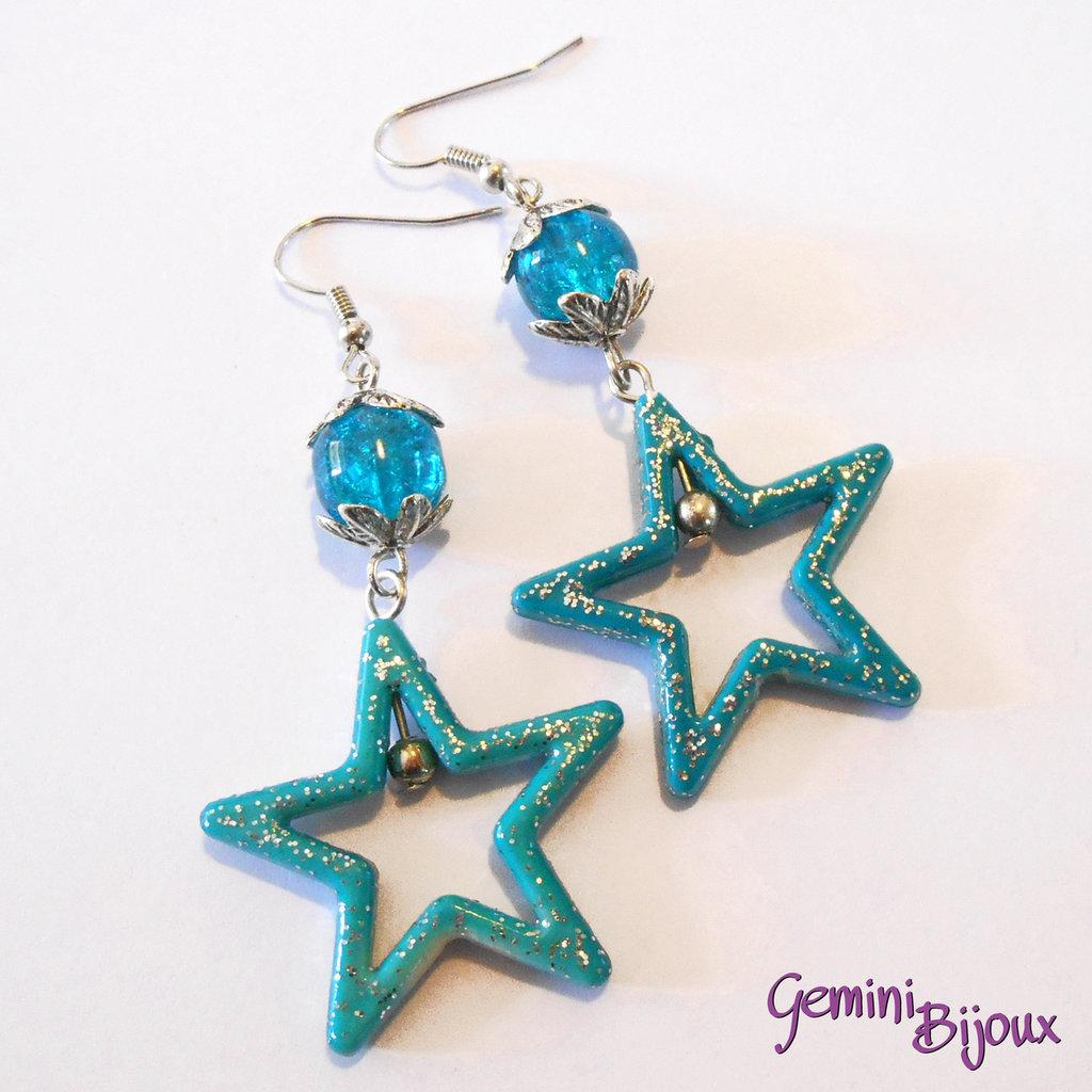 Orecchini con stelle in acrilico e perle crackle azzurre