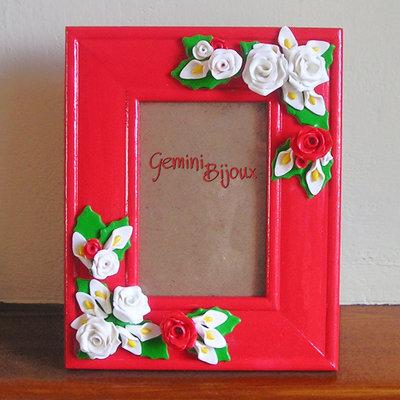 Cornice per fotografie decorata con rose in fimo