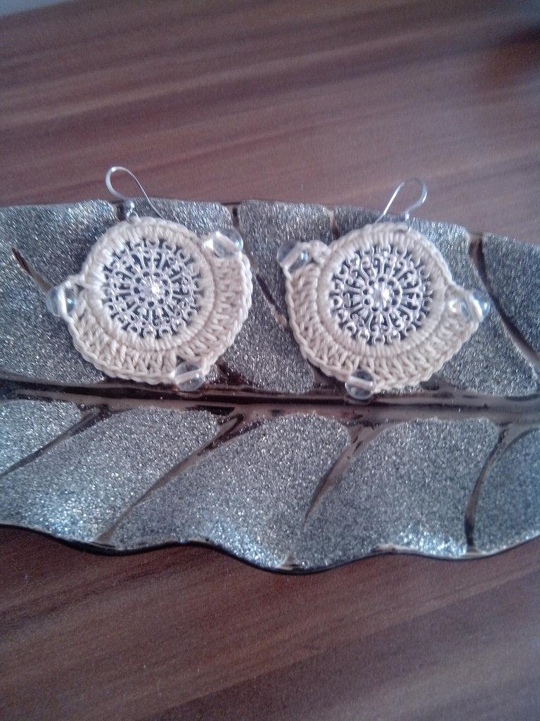 orecchini all'uncinetto,perle bianche, anello in metallo