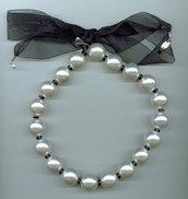 Girocollo con grandi perle bianche e chiusura con fiocco in organza