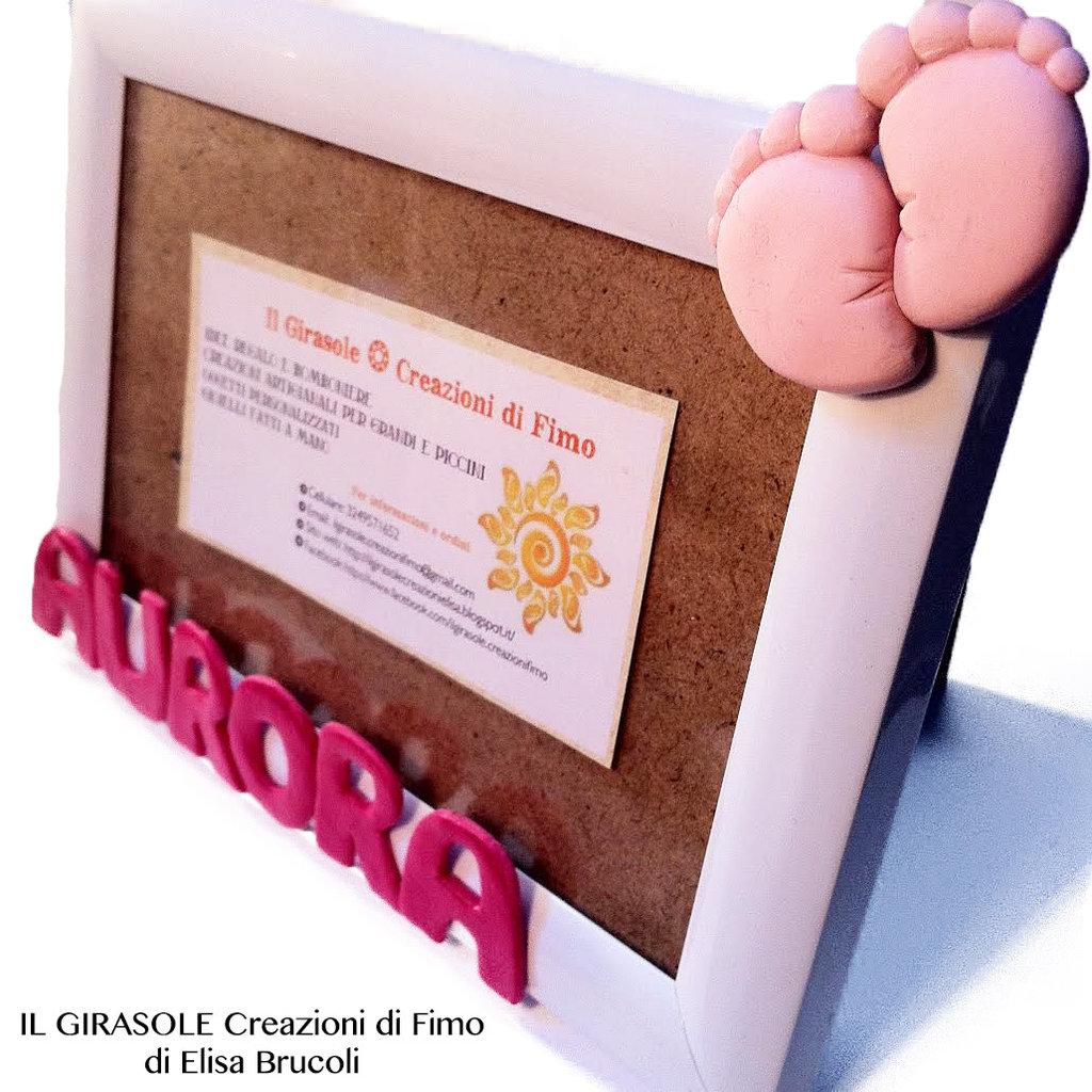 Cornice portafoto con nome personalizzato e impronta piedini bimbo in fimo
