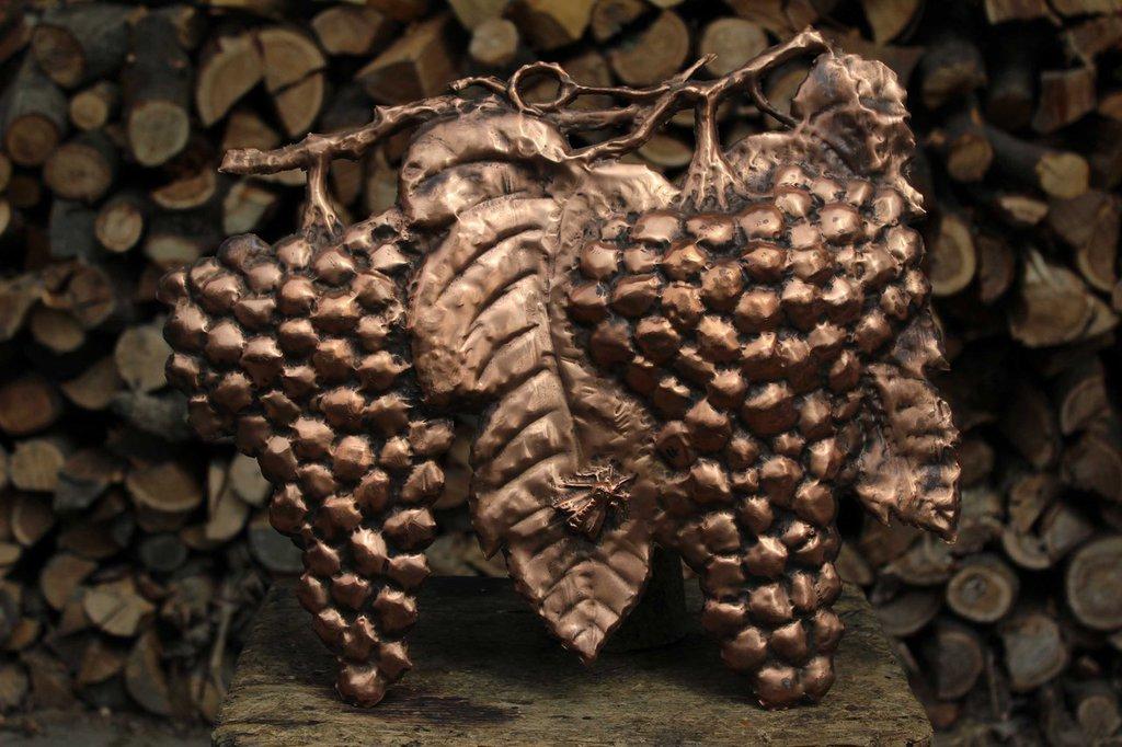Uva frutta con calabrone da parete in rame lavorato a mano
