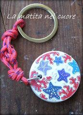 Portachiavi in legno dipinto a mano con stelle marine coralli e sabbia