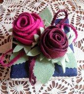 scatola di cartone rivestita e decorata con due rose di feltro