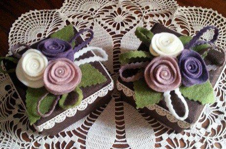 scatola di cartone rivestita e decorata con tre fiori di feltro