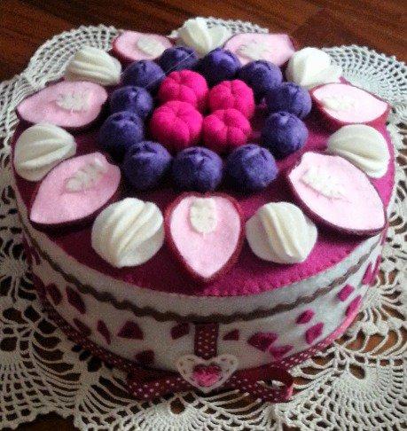 Scatola decorata e rivestita in feltro cheesecake ai frutti rossi con fragole, mirtilli e lamponi