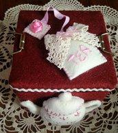 Scatola di latta porta bustine di tè, rivestita e decorata in panno lana
