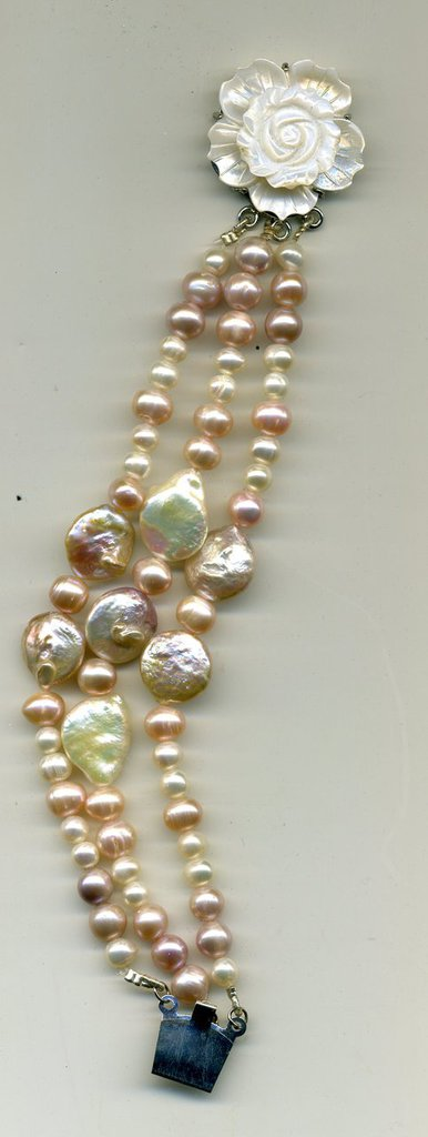 Bracciale a 3 fili con perle di fiume nelle sfumature del rosa chiaro