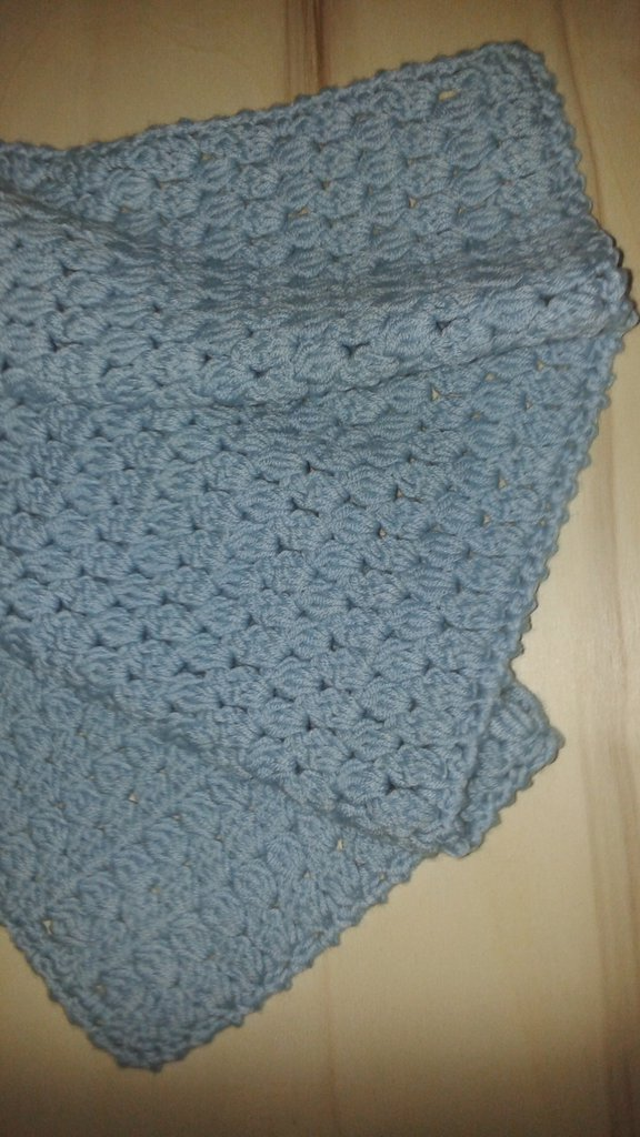Copertina per culla o carrozzina azzurra in pura lana all'uncinetto