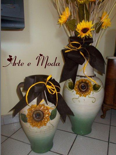 Vasi dipinti con girasole in rilievo