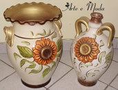 Vasi di terracotta con girasole in rilievo