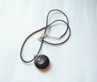 collana in corda con ciondolo dalla forma rotonda in onice e agata bianca
