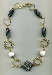 Collana a catena dorata con corallo bianco e diaspro grigio striato