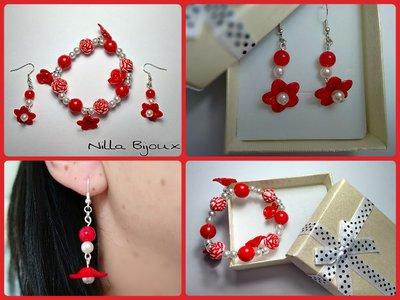 Bracciale e orecchini con inserti floreali rossi e perle bianche