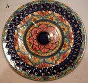 Piatto murale in ceramica,traforato e dipinto a mano decoro Geo/Floris. Diametro 32 cm