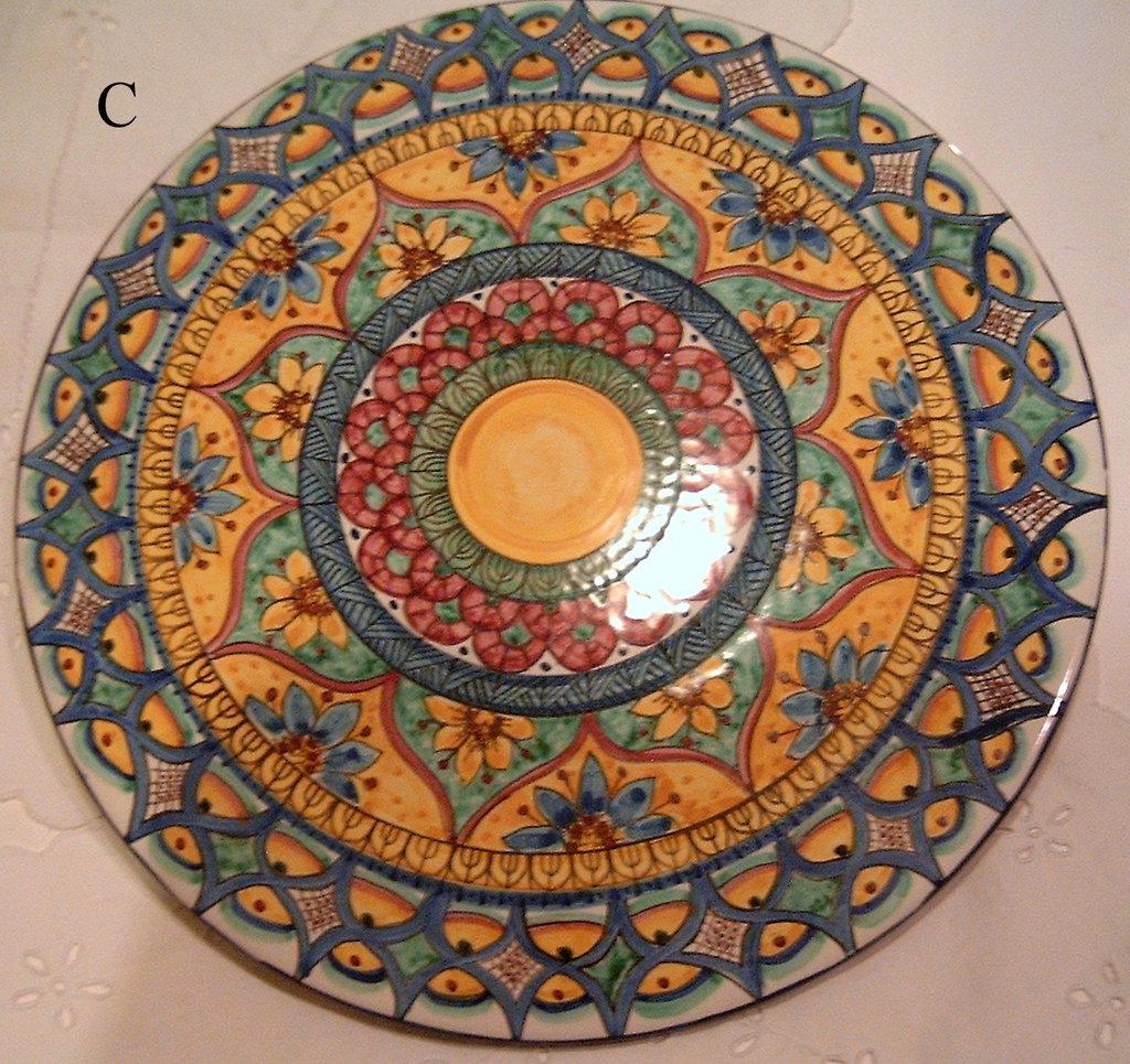 Piatto murale in ceramica,dipinto a mano decoro Geo/Floris. Diametro 32 cm