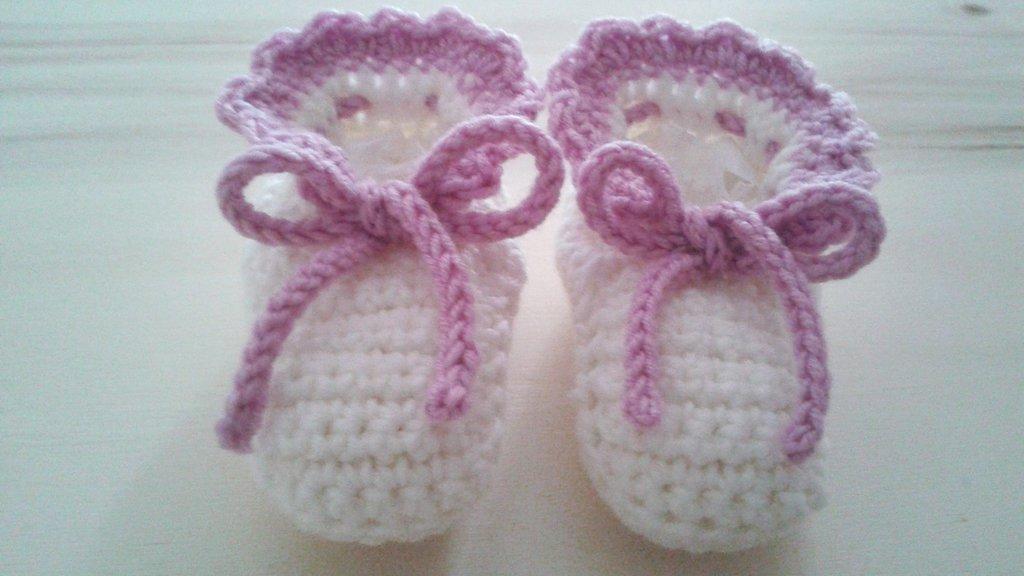 Scarpine  bianche e rosa in lana all'uncinetto