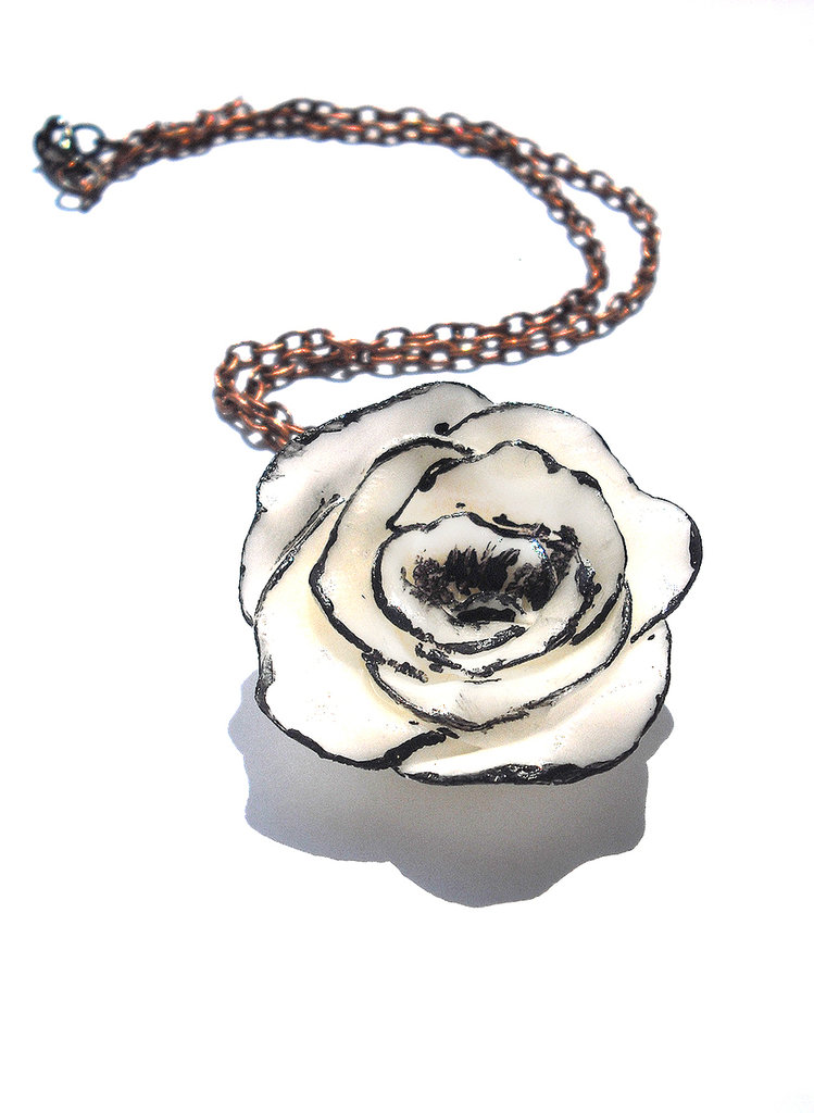 Collana bianca e nera realizzata interamente a mano in porcellana fredda e dipinta a mano