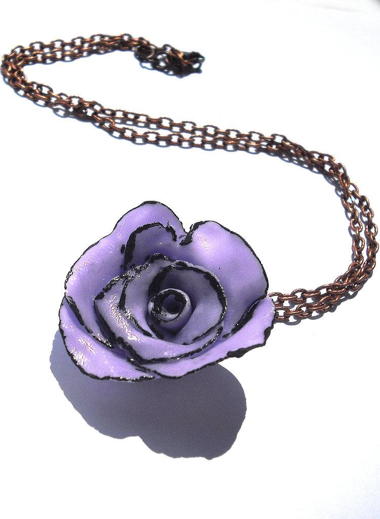 Collana viola e nera realizzata interamente a mano in porcellana fredda e dipinta a mano