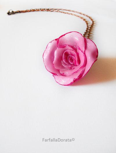 Collana rosa realizzata interamente a mano in porcellana fredda e dipinta a mano