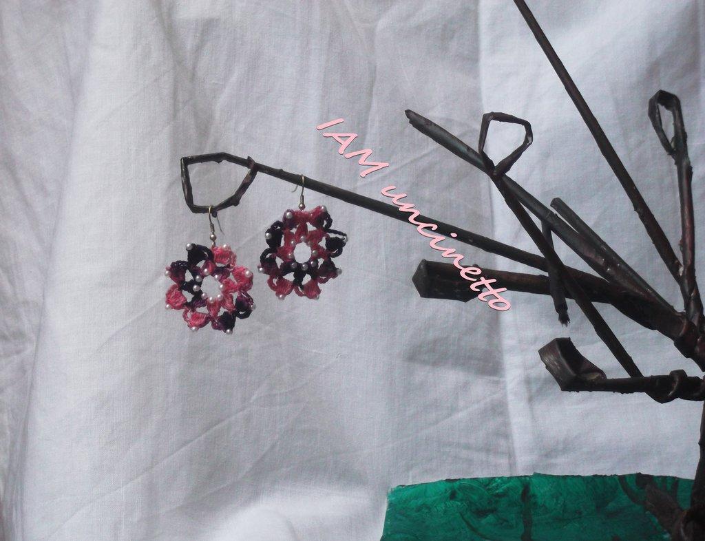Orecchini a fiore in cotone rosa e viola all'uncinetto