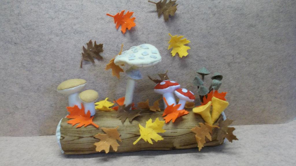 Tronco autunnale con funghi in feltro