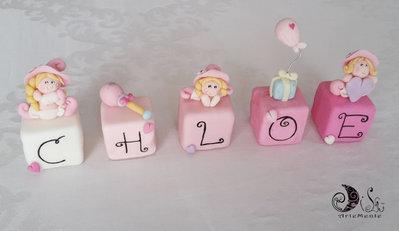 Cake topper cubi con folletti in scala di rosa bimba personalizzato - 5 lettere 5 cubi -