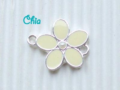 1 connettore fiore smaltato giallo chiaro con perlina