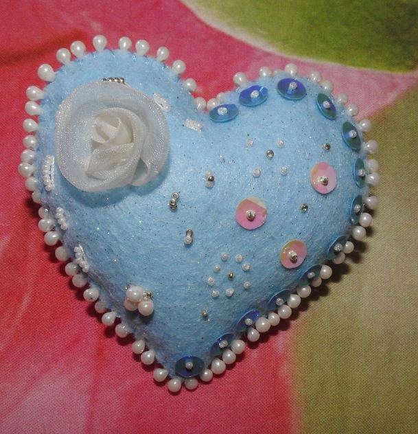 Cuore azzurro puntaspilli di feltro fatto a mano